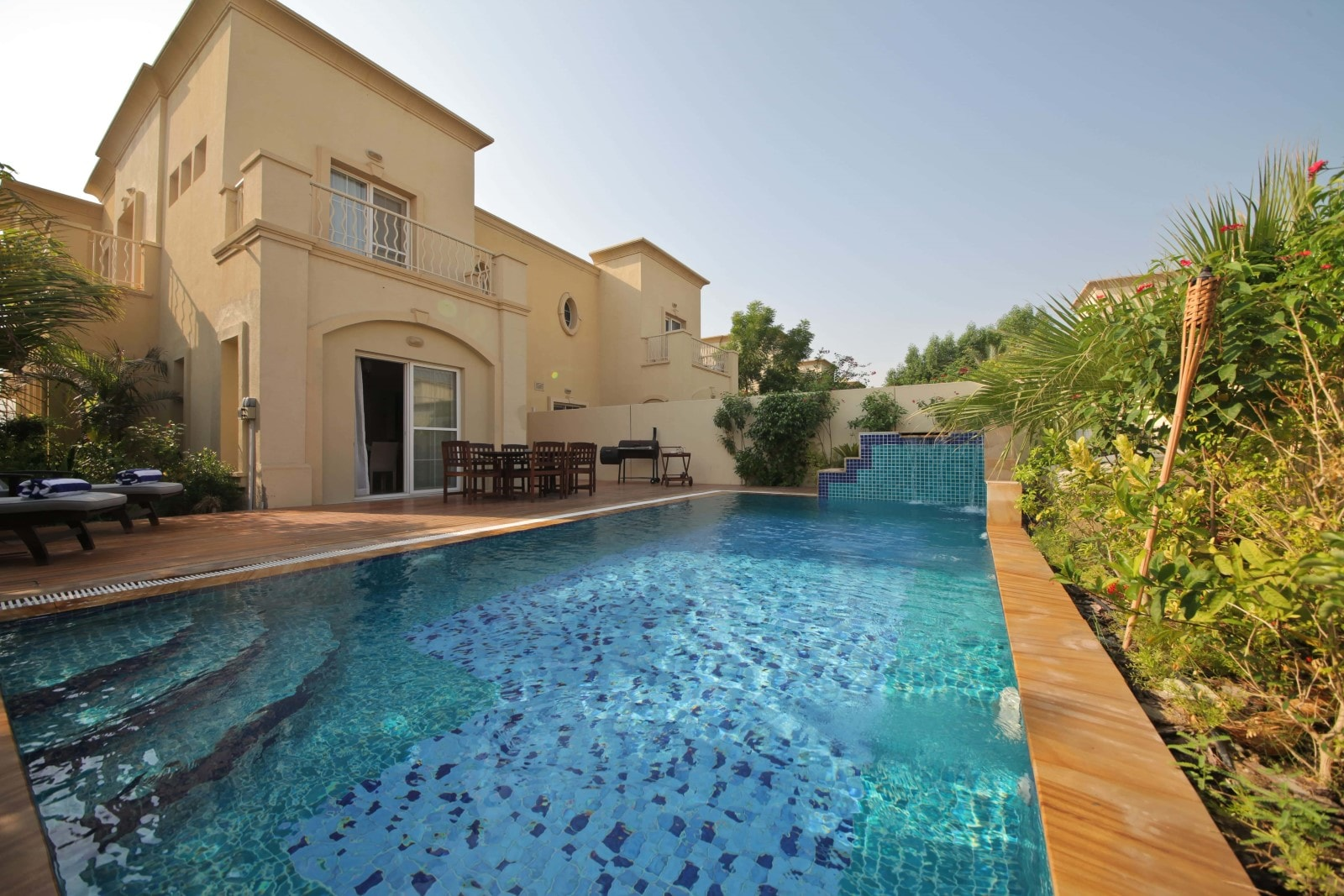 Dubai holiday villas with private swimming pools medlock for Villa de luxe dubai